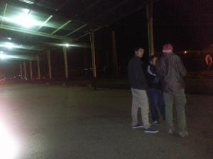 Tuščia ir tamsu. Tik tolimesniame perone ėjo žmogus ir daužė pagaliu stovinčio sąstato ratus - patikrinimas toks turbūt. Per tamsu fotografuoti.
